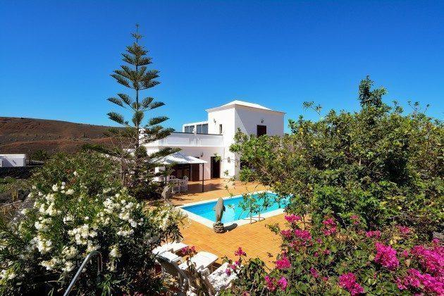 LZ 110068-51 Blick auf Haus und Pool