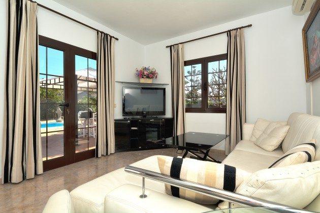 LZ 110068-51 Wohnzimmer mit Flat-TV
