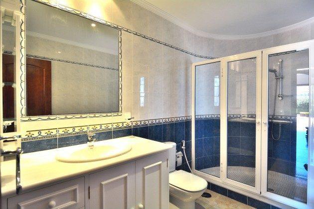 LZ 110068-51 Badezimmer mit großer Duschkabine