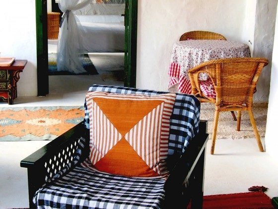 gemütlicher Sessel und kleiner Esstisch LZ 36081-12