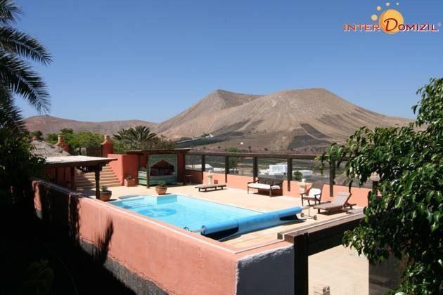Pool mit Sonnenterrasse und Ausblick auf Vulkane