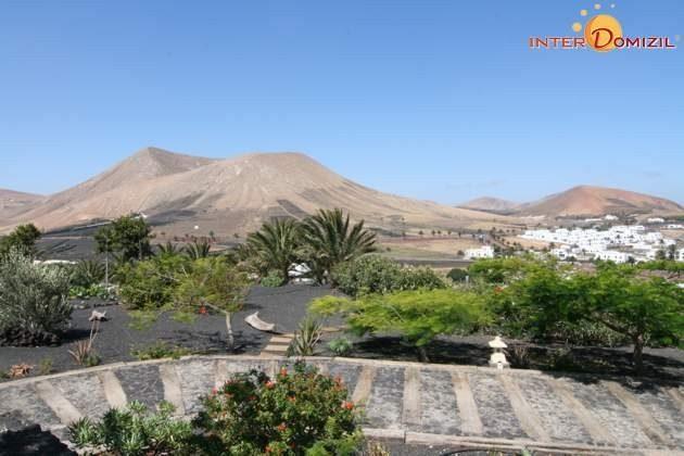 Ausblick auf Vulkane und den Ort Uga