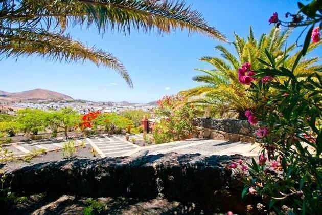 Gartenanlage mit Blick auf den Ort Uga