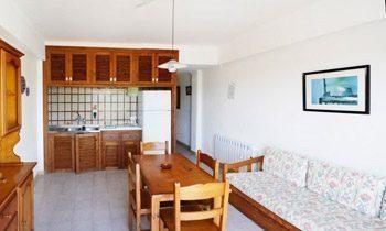 Wohnraum mit Kueche und Essplatz Ferienwohnungen Cala Santanyi