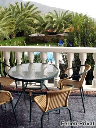 Terrasse mit Blick zum Pool