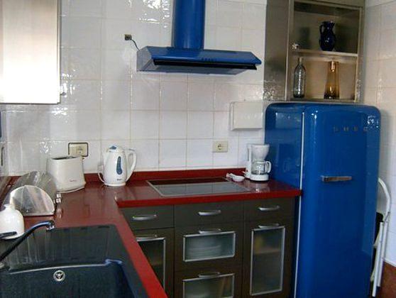 Küche mit großem Kühlschrank
