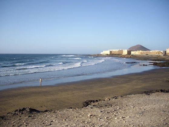 Strand mit Blick auf den roten Berg