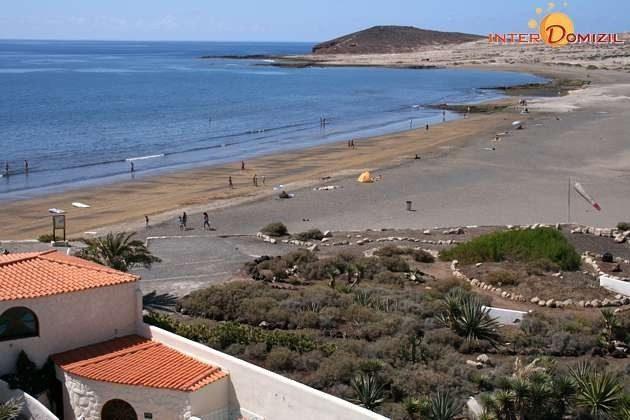 Blick vom Hotel zum Naturstrand