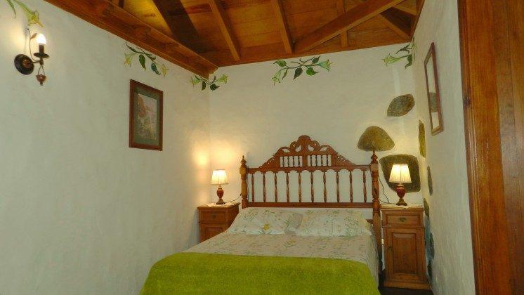 34454-1 Schlafzimmer mit Doppelbett, daneben Bad