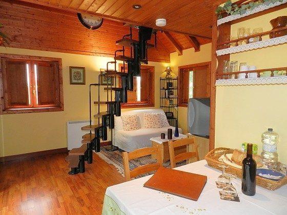 Wohnbereich und Wendeltreppe zum Dachgeschoss