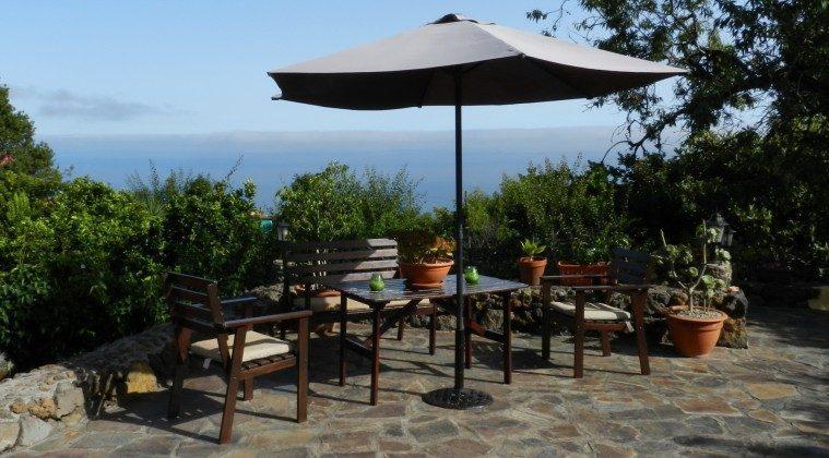 private Sonnenterrasse mit Gartenmöbeln
