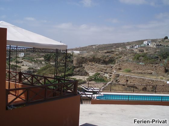 Blick vom Haus zum Pool