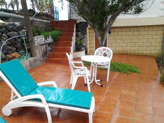 Terrasse mit Gartenmöbeln und Liegen