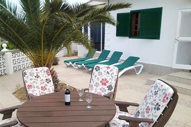 Terrasse mit Sitzmöbeln und Liegen