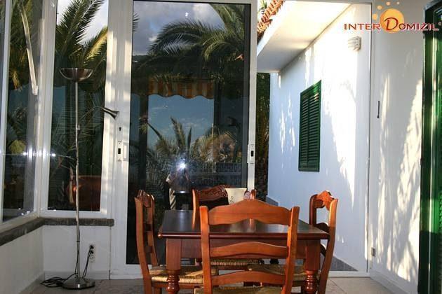 verglaste Veranda mit Zugang zum Pool und zur Terrasse
