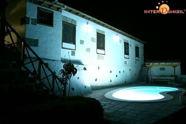 Pool und Haus abends