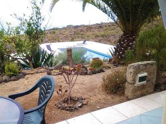 Blick von der Terrasse auf den großen Pool, die Südwestküste und das Meer