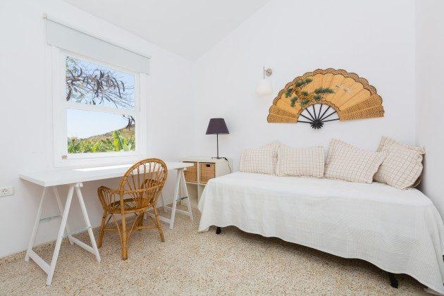 Wohnbeispiel: Zimmer mit Einzelbett und kleinem Arbeitsplatz
