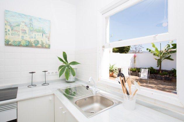 Wohnbeispiel: Küche mit Blick zur Terrasse