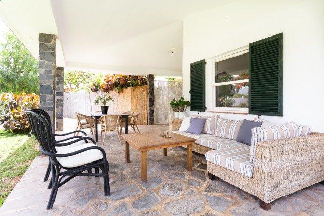 TF 177919-3 große überdachte Terrasse am Haus mit Sitzmöbeln und Esstisch