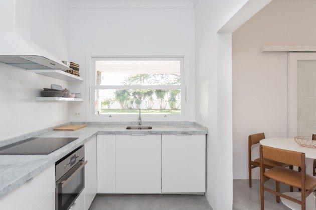 Küche mit Ausblick zum Garten und mit Blick zum Esstisch