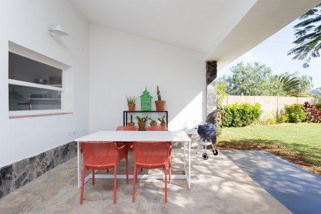 überdachter Sitz-/Essplatz auf der Terrasse, mit Grill