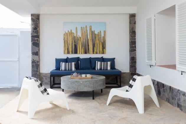 gemütliches Sofa auf der überdachten Terrasse