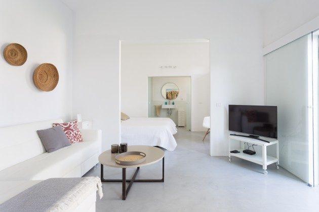 Wohnbereich mit SAT-TV und angrenzendem Schlafbereich