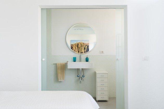 Schlafzimmer mit Zugang zum Badezimmer