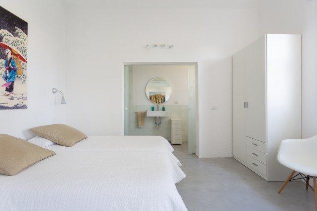 Schlafbereich mit angrenzendem Badezimmer