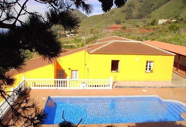 Blick auf Haus und Pool