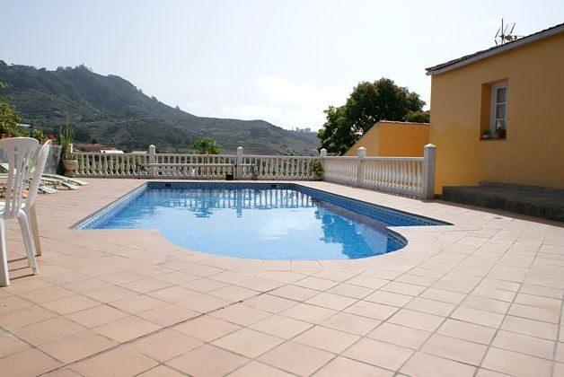 Terrasse mit Gartenmöbeln und Pool