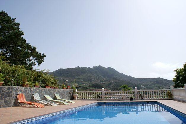 Pool und Sonnenterrasse mit schönem Ausblick